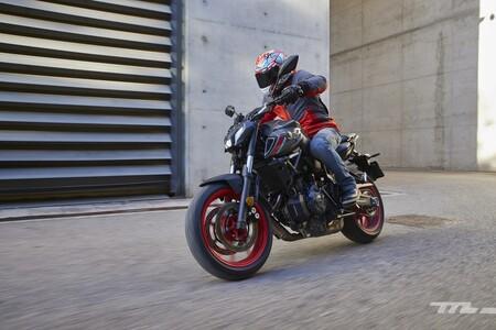 Probamos la Yamaha MT-07: una equilibrada moto naked para el carnet A2 que acierta con el (controvertido) cambio estético