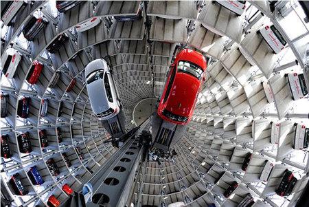 El garaje de plazas de parking robotizado de Volkswagen en Wolfsburg, Alemania