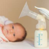 La leche materna extraída manualmente parece tener más grasa que cuando se extrae con sacaleches