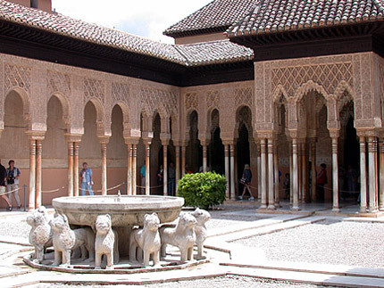 El patio de los leones de la alhambra for Patios de granada