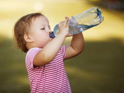 ¿Beben tus hijos todo el agua que necesitan?