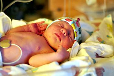 Por qué no hace falta bañar al bebé al nacer