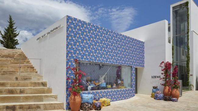 ¿Ya has visitado la pop up de Loewe en Ibiza? Su fachada empapelada es para morir de amor