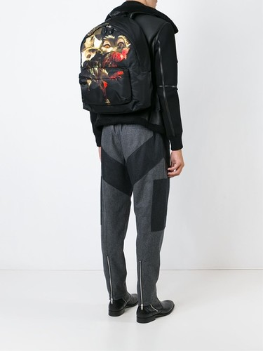 De la expresión en libertad de Riccardo Tisci: mochilas estampadas de Givenchy