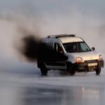 La locura del día lleva un Renault Kangoo, más de 400 hp, hielo y muchas ganas de driftear