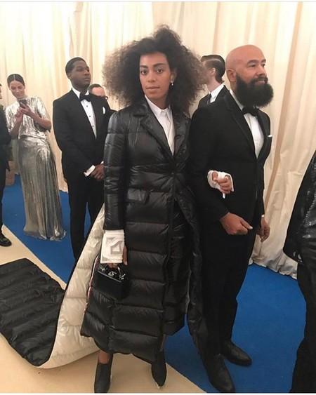 18f214e01 La mayoría de las invitadas luciendo poca tela y la hermana de Beyoncé ha  apostado por un vestido-plumón espantoso con cola incluida.