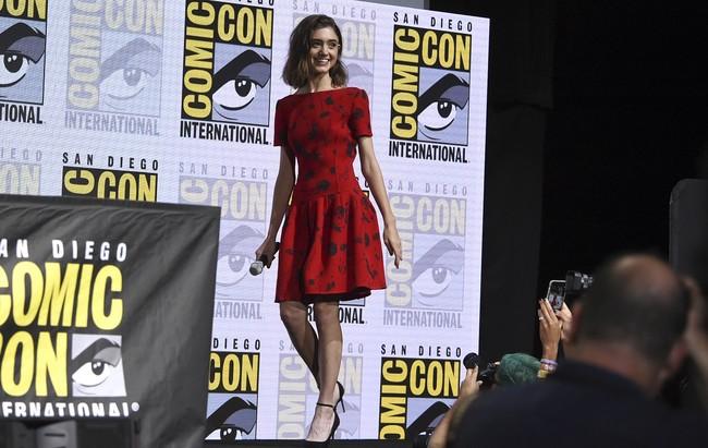 natalia dyer look outfit estilismo comic con