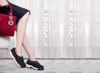Dior aprovecha el tirón de sus sneakers bordadas y las adapta para el verano en modo sandalia