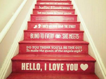 Escalera en rojo con letras en blanco