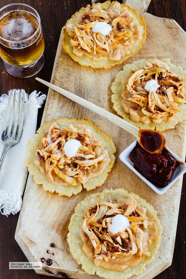 Tostadas de pollo al chipotle. Receta mexicana fácil