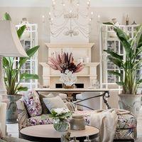 Un look tropical con colores neutros y empolvados para una preciosa villa marbellí