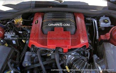 El motor del Chevrolet Camaro Z28 a la vista de todos