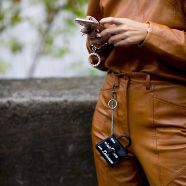No sabemos qué uso tienen pero los bolsos microscópicos invaden el street style como una de las tendencias favoritas del momento
