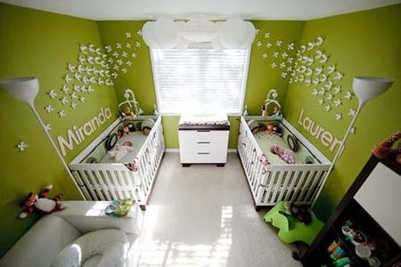 Una habitación infantil en verde para gemelos