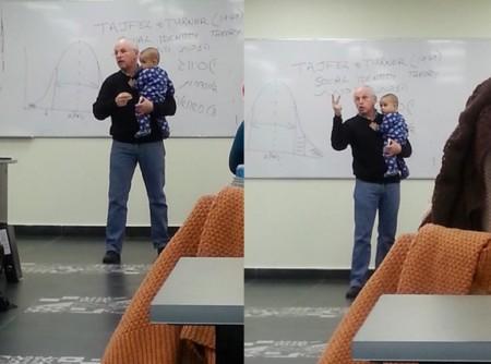 Profesor con bebé en brazos