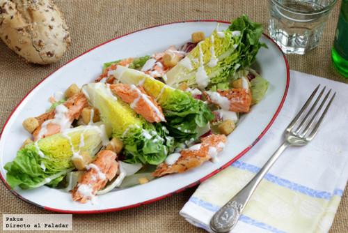 Ensalada de cogollos de lechuga con salmón al vapor y salsa de queso azul