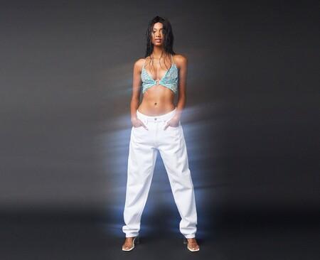 Bershka rinde homenaje, una vez más, a la época de los 90 con una serie de prendas que hubiésemos deseado de jóvenes