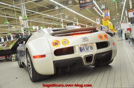 ¿Qué hace un Bugatti Veyron dentro de un supermercado?