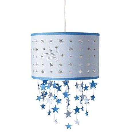 Lámpara con estrellas colgantes para un dormitorio infantil