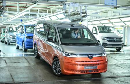 La Volkswagen Multivan T7 empieza a salir del horno: la emblemática furgoneta familiar híbrida enchufable, reinventada