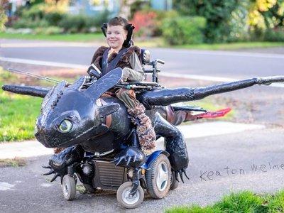 Un padre de tres niños con atrofia muscular espinal crea alucinantes disfraces para niños en sillas de ruedas