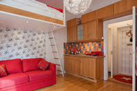 Puertas abiertas: un apartamento de 21 metros cuadrados con detalles rojos