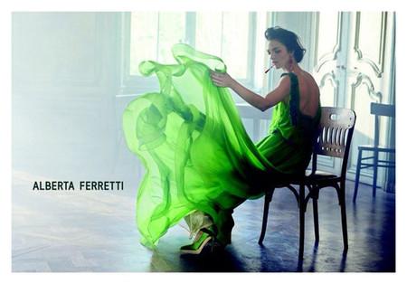 Mariacarla Boscono vuelve a posar para Peter Lindberg para la nueva campaña estival de Alberta Ferreti