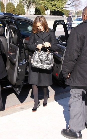 Jessica Alba está 'in love' de su Dolce & Gabbana