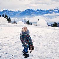 Dormir dentro de una 'bola de nieve' de lujo en Suiza se puede convertir en el placer viajero invernal perfecto