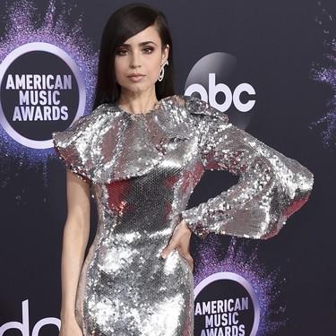Sofia Carson apuesta todo al brilli brilli y le sale bien la jugada en la alfombra roja de los Premios AMA's 2019