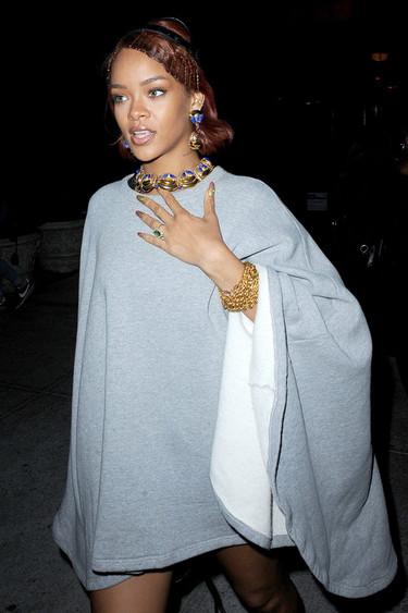 ¿Cómo se supera la nueva reina de la moda china? Rihanna y el poncho con botas