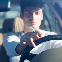 Sanidad estudia prohibir que se fume en coches donde viajen niños