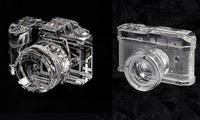Aquí tienes el regalo perfecto para un apasionado por la fotografía: una réplica en cristal de su cámara favorita