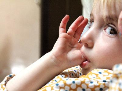 Los efectos de chuparse el dedo y del chupete más tiempo del recomendable (y cómo evitarlo)
