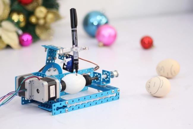 Con este robot de makeblock también puedes dibujar sobre un huevo