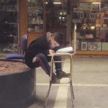 Un niño de 12 años estudia en la calle mientras sus padres trabajan y saca sobresalientes, un ejemplo inspirador