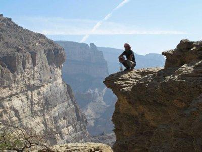 """La ruta del Gran Cañón de Omán: asomarse a las Montañas del Sol acompañado de unas """"guardianas"""" muy especiales"""