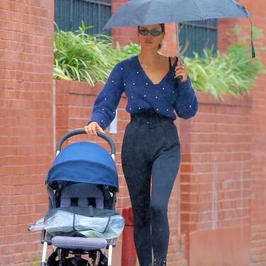 Al mal tiempo buen estilismo: Irina Shayk hace frente a un día lluvioso con un look donde el azul navy y el negro son la mejor pareja