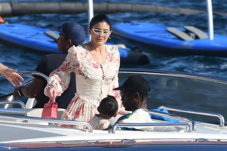 Este es el curiosísimo e incómodo look que ha elegido Kylie Jenner para pasar un día por las playas italianas