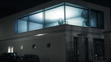 Asusta a tus vecinos en Halloween con una enorme araña correteando por la ventana