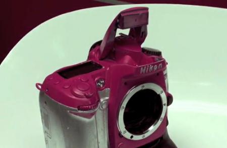Casi destrozan una Nikon D90 cuando intentan pintarla de rosa