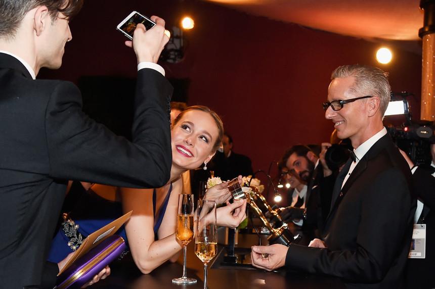 El novio de Brie Larson le hace una foto con el Oscar