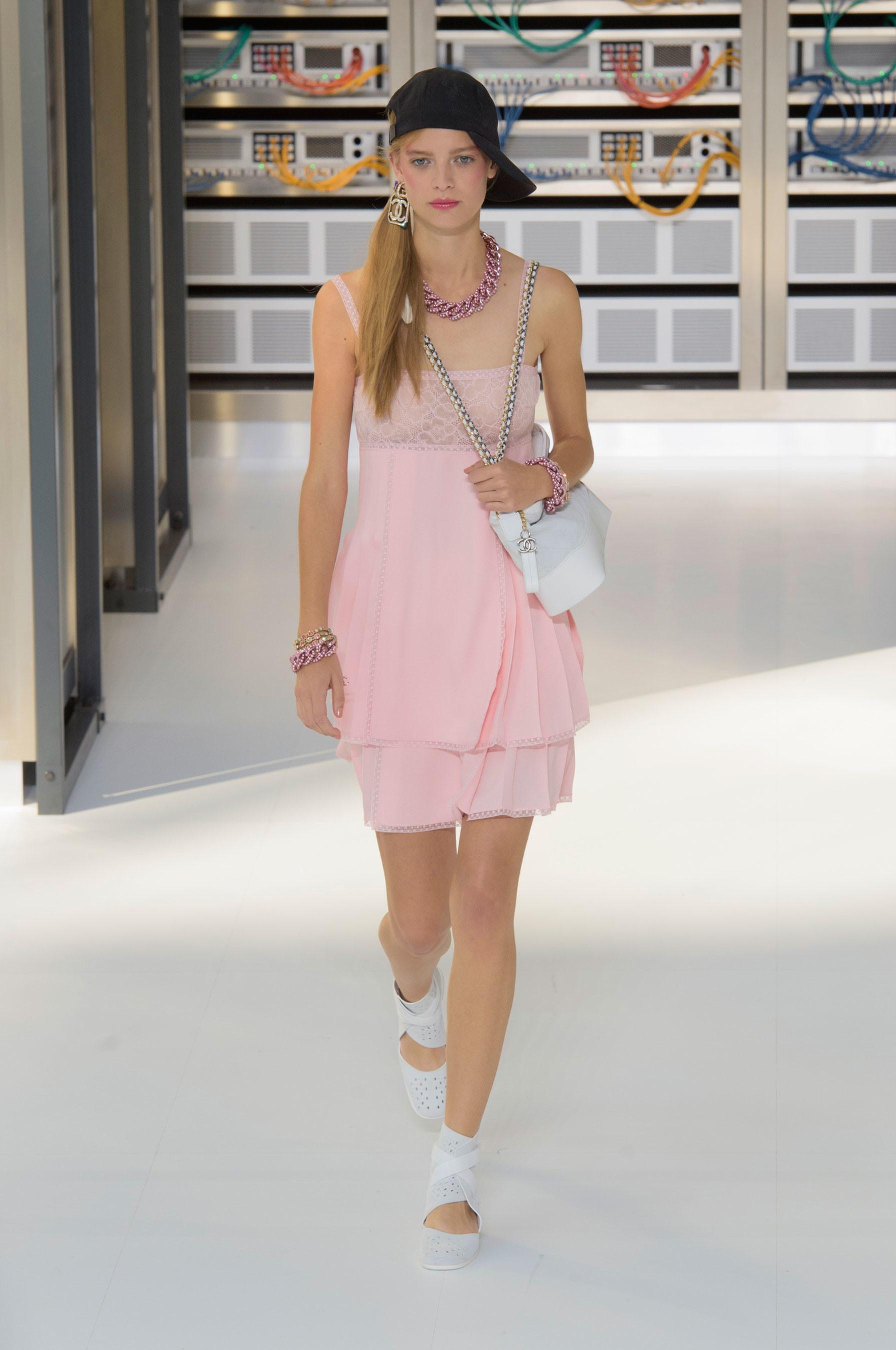 Foto de El regreso al futuro de Chanel en su colección Primavera-Verano 2017 (83/96)