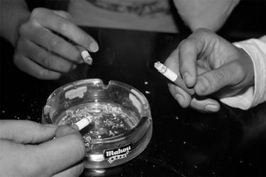 Un bar se transforma en asociación gastronómica para que sus clientes puedan fumar