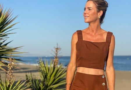 Amelia Bono demuestra que el marrón es un color veraniego con este conjunto de dos piezas de Zara