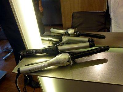 ¿Cómo utilizar las tenacillas para rizos? Clase de peinado en Aveda
