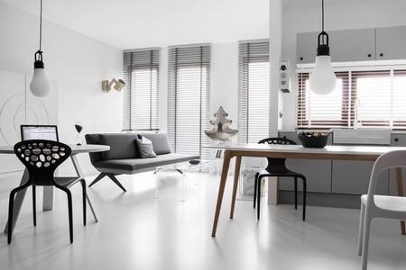 Un moderno y pequeño estudio decorado en blanco y negro en Polonia