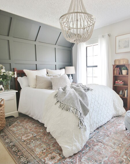 Antes y después: una habitación de matrimonio que renueva por completo revestimientos y textiles
