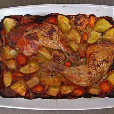 Pollo asado macerado en leche con patatas: receta para un pollo al horno sabrosísimo