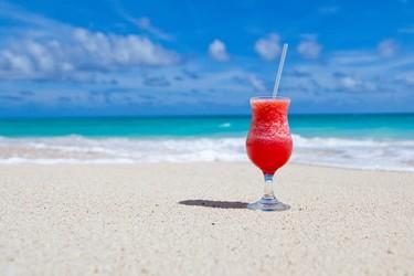 ¿Aperitivo en la playa? Nunca ha sido tan fácil como con esta app que nos lo lleva a la misma toalla